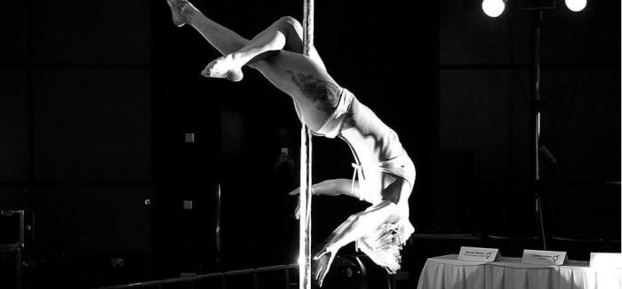Něžná blond kráska Karen Malečková: erotic pole dance show!